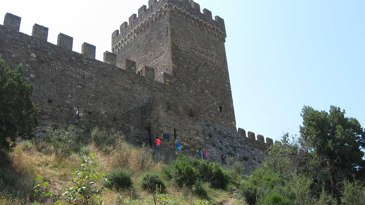 Вид на Генуэзскую крепость со стороны склона