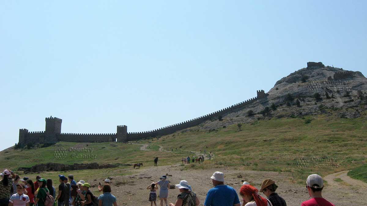 Экскурсия вначале пути к Генуэзской крепости