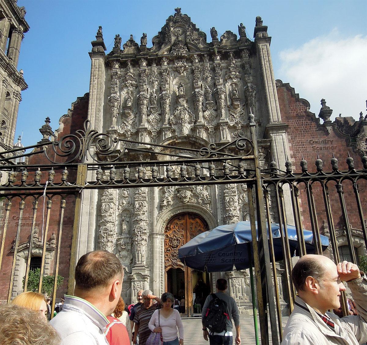 Туристы у входа в Кафедральный собор Мехико