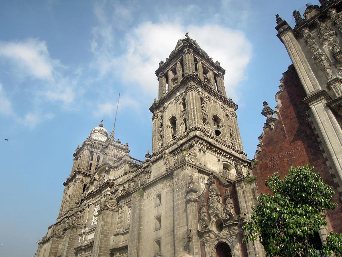 Башни центрального фасада Кафедрального собора Мехико
