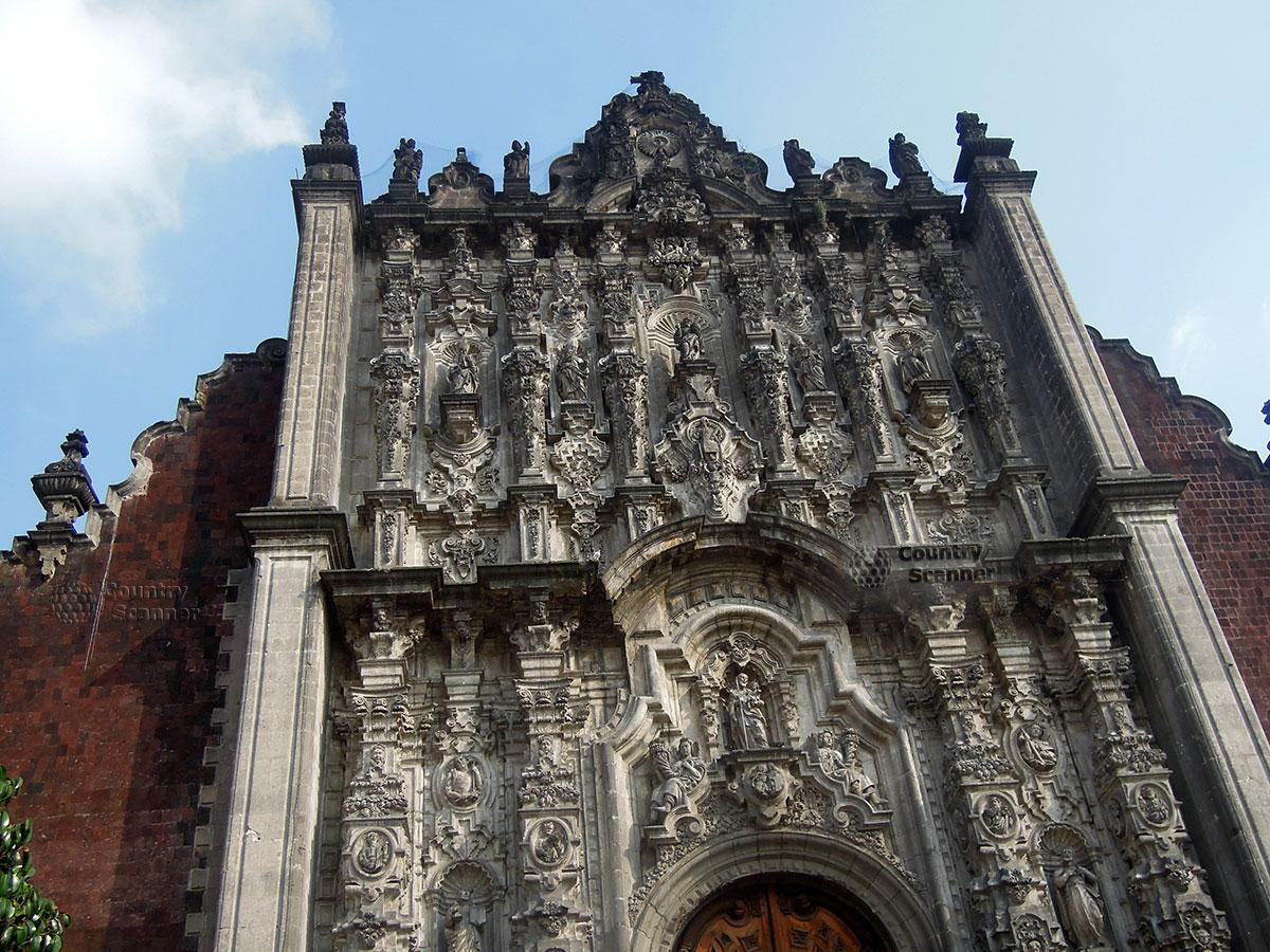 Виртуозная резьба по камню на Кафедральном соборе Мехико