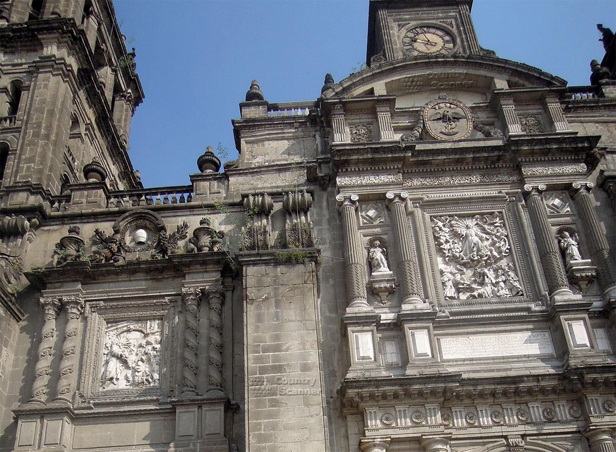 Барельефы над входными воротами Кафедрального собора Мехико