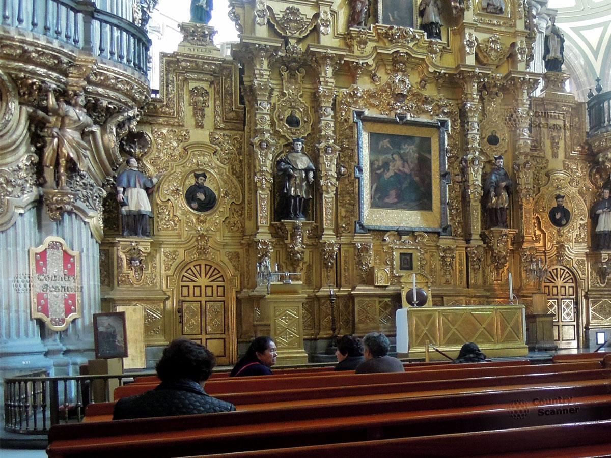 Статуи на алтаре в Кафедральном соборе в Мехико