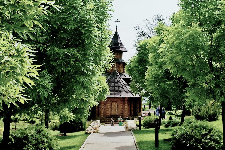 Монастырь святых жен мироносиц Марфы и Марии. Вид на церковь из сада