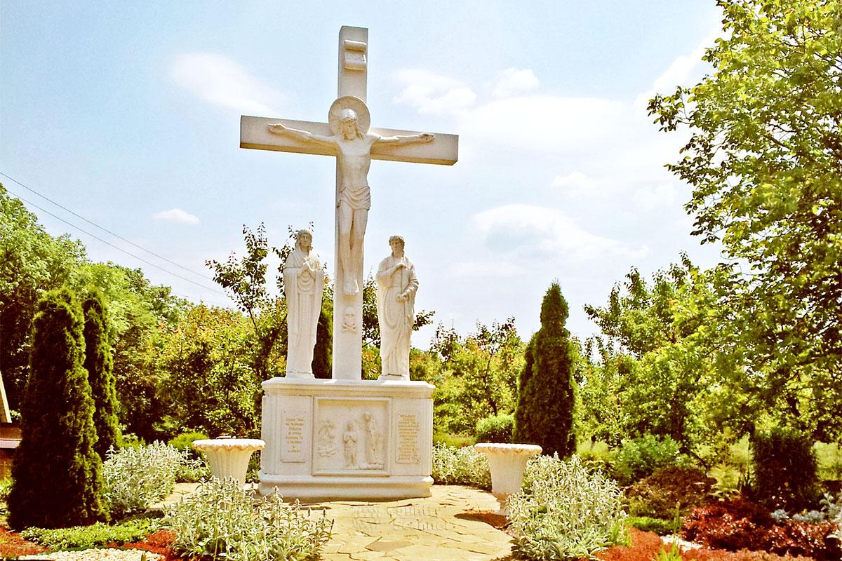 Монастырь святых жен мироносиц Марфы и Марии. Распятие и статуи Марфы и Марии
