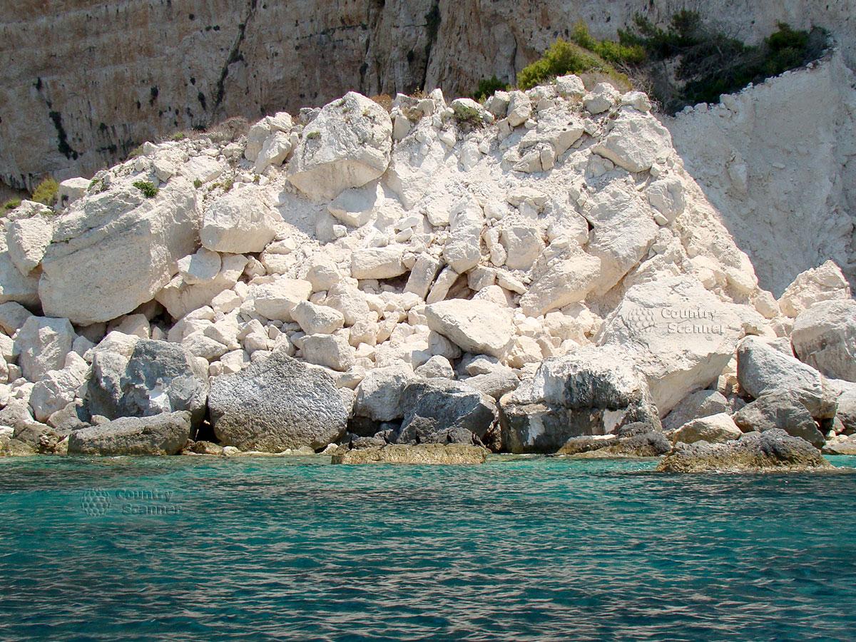 Бухта затонувшего корабля Navagio. Белые камни