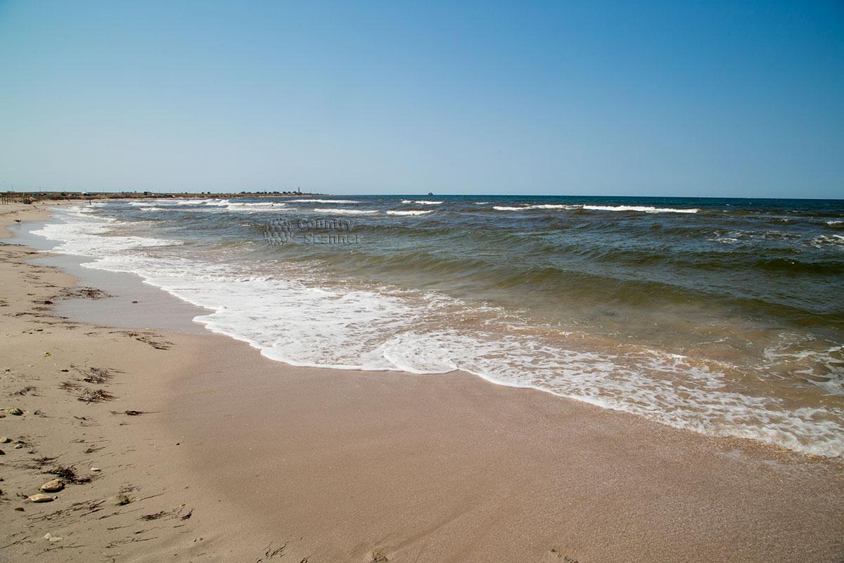 Белоснежный берег пляжа Оленевка.
