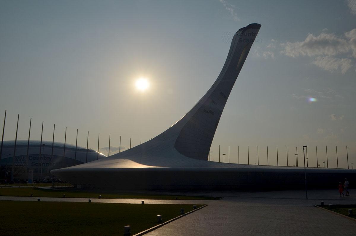 Вечернее солнце на фоне объектов Олимпийского парка в Сочи.