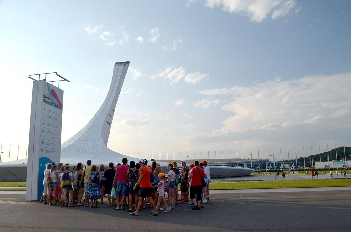 Олимпийский парк. Экскурсионная группа около информационного стенда.