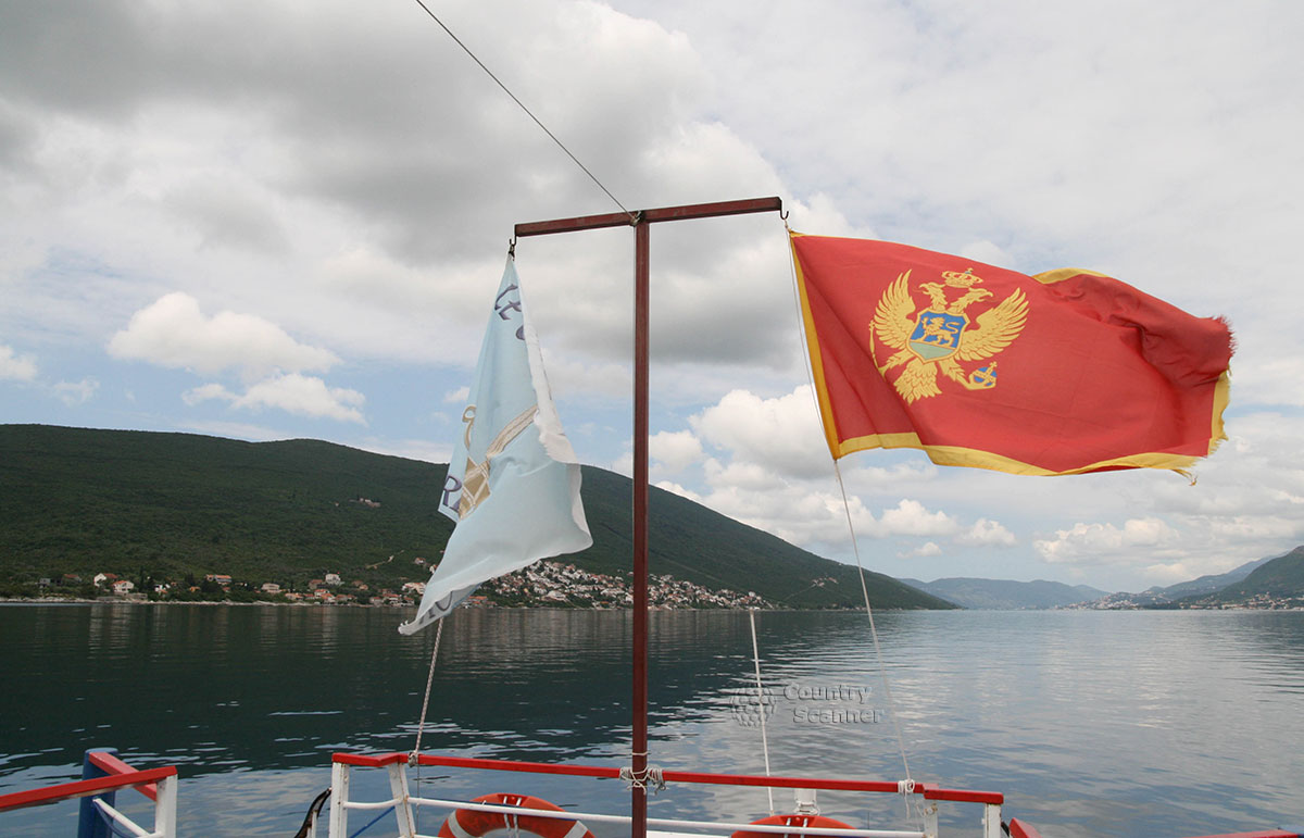Остров Госпа од Шкрпела. Вид с Бока-Которского залива на город Пераст