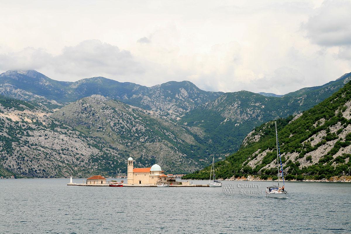 Остров Госпа од Шкрпела. Вид на остров с берега.
