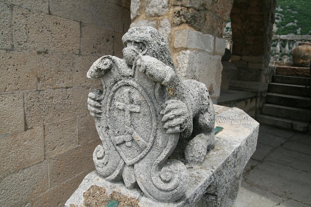 Остров Госпа од Шкрпела. Статуя во дворе церкви.