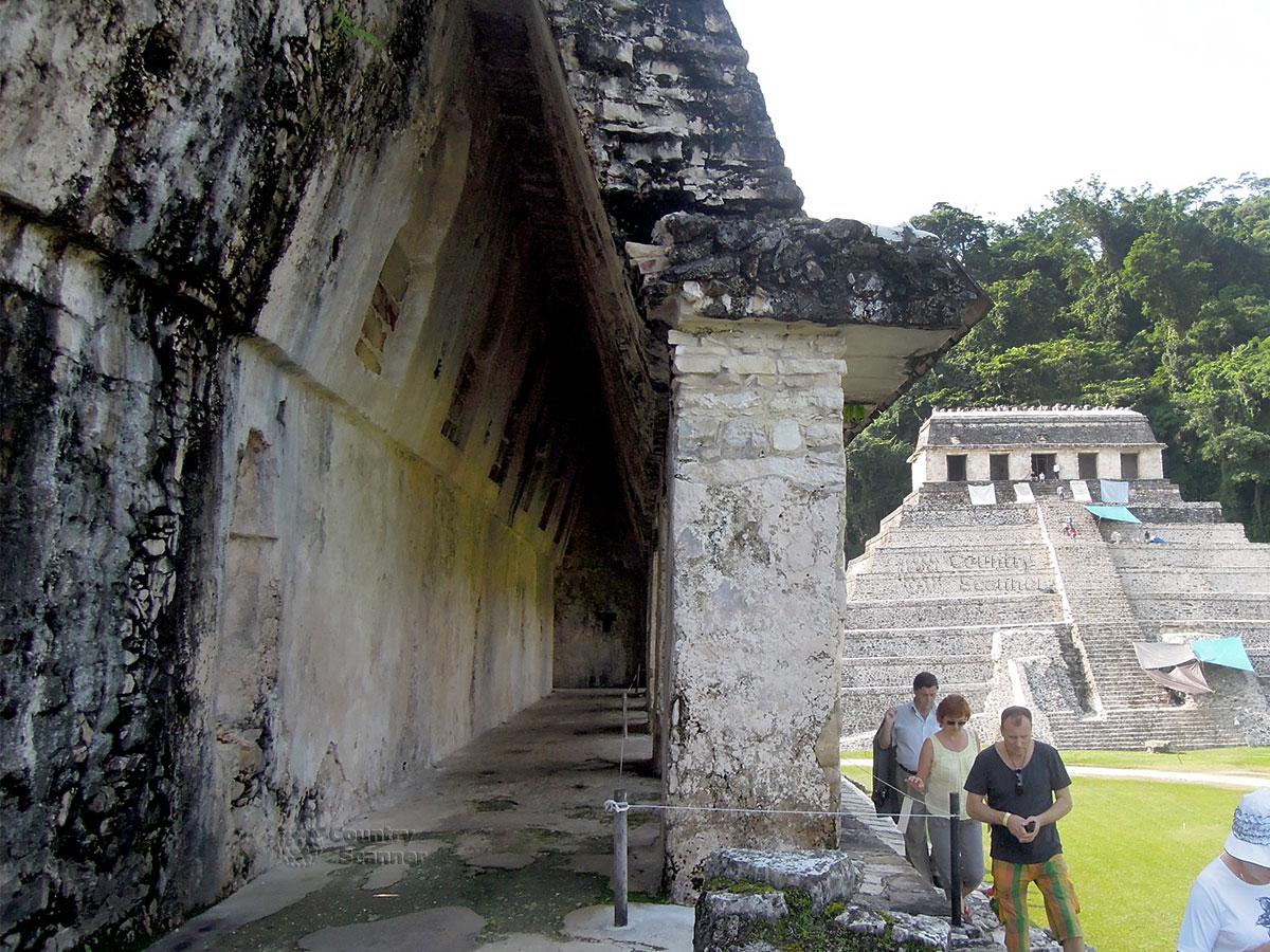 Руины Паленке в Мексике. Строение рядом с Дворцом правителей