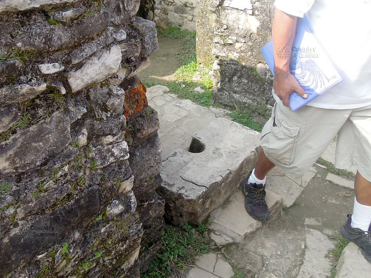 Руины Паленке в Мексике. Отверстие в камне для вентиляции