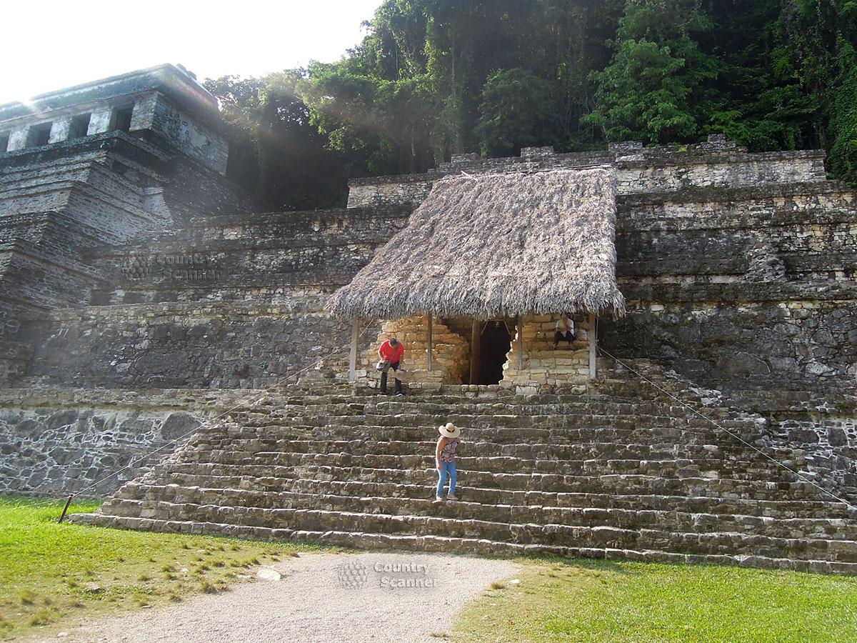 Руины Паленке в Мексике. Соломенный навес над входом в храм