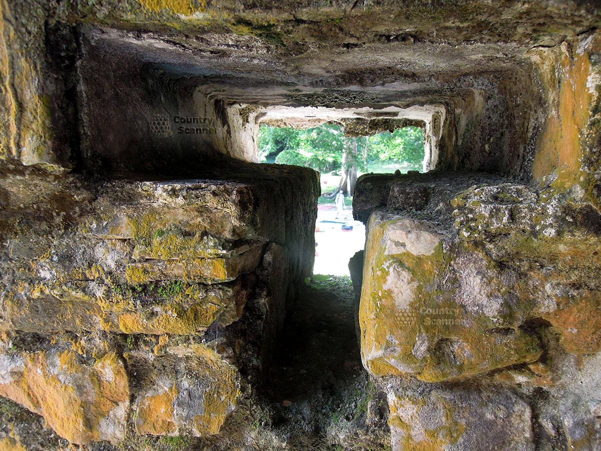 Руины Паленке в Мексике. Замшелое отверстие
