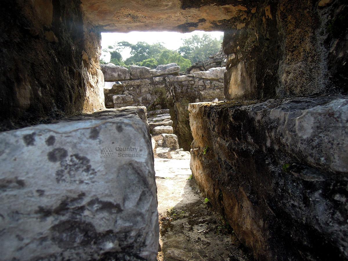 Руины Паленке в Мексике. Проход между строениями