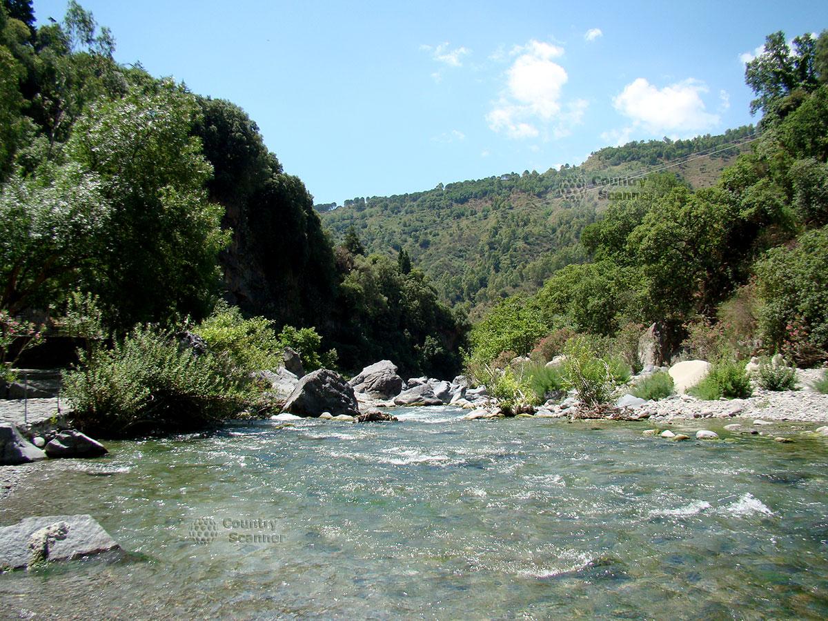 Сверкающая река в ущелье Алькантара.
