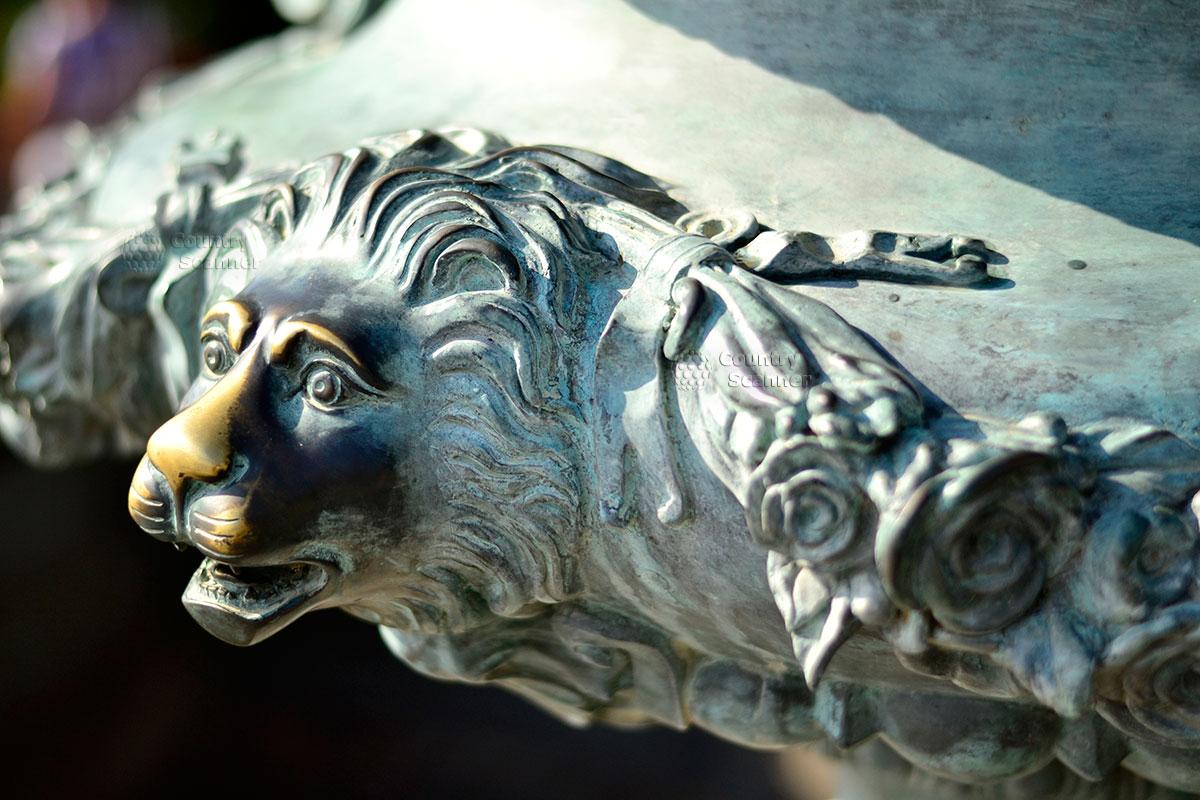 Бронзовый лев в парке Айвазовского