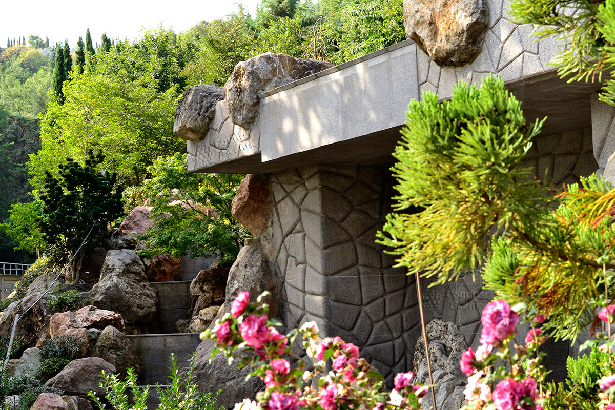 Идилия камня и растительности в парке Айвазовского