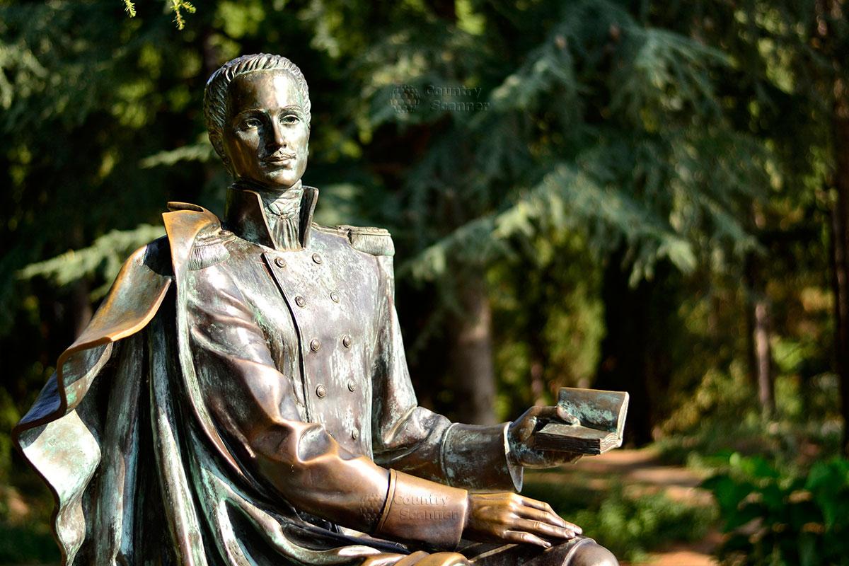 Бронзовая фигура Раевского в парке Айвазовского