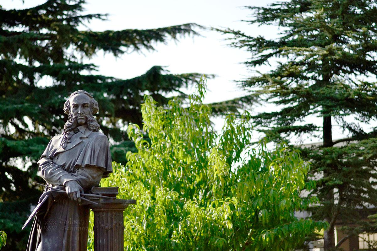 Статуя самого Айвазовского, находящаяся рядом со входом в парк