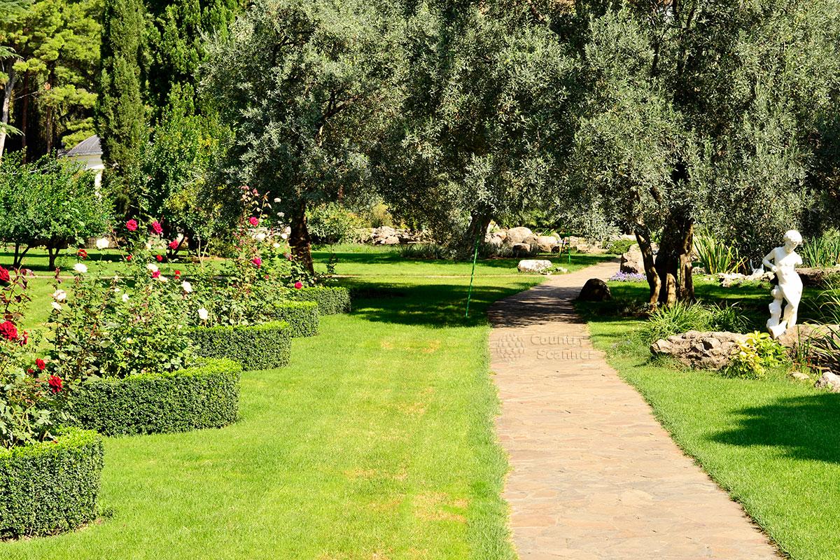 Дорожка в саду парка Айвазовского