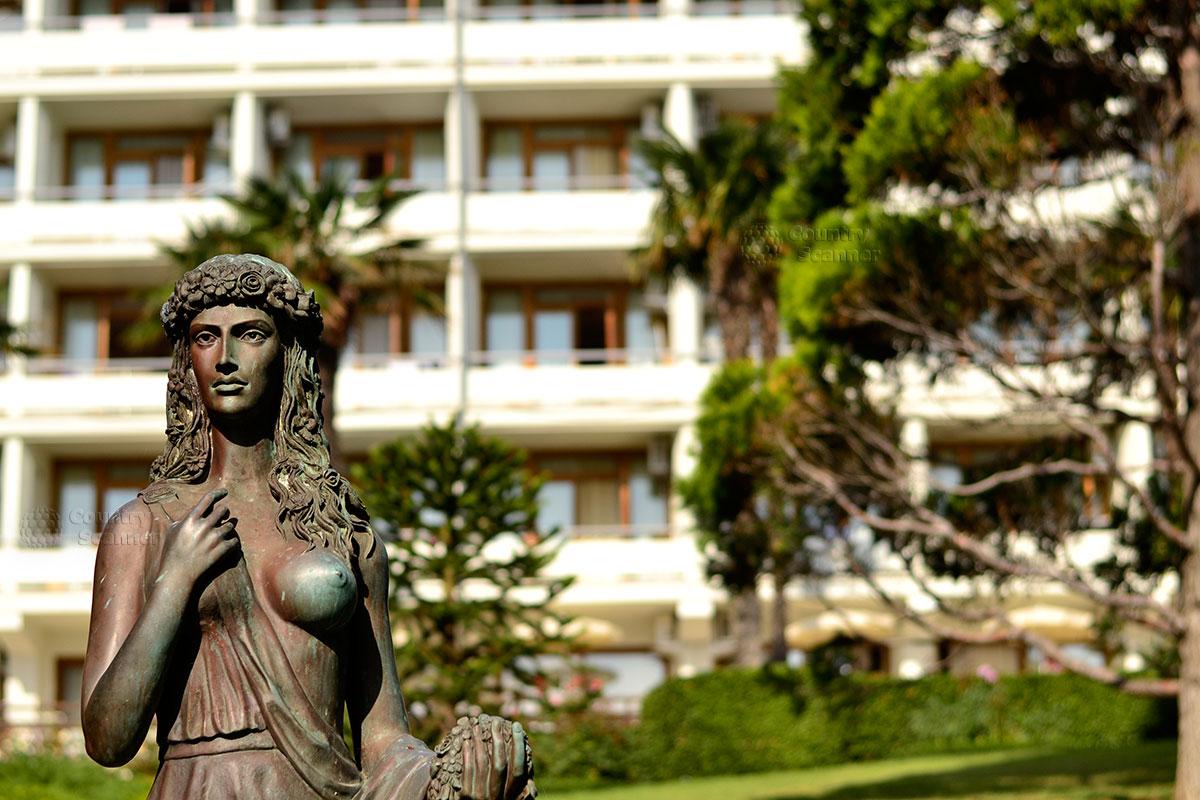 Статуя женщины с обнаженной грудью в парке Айвазовского