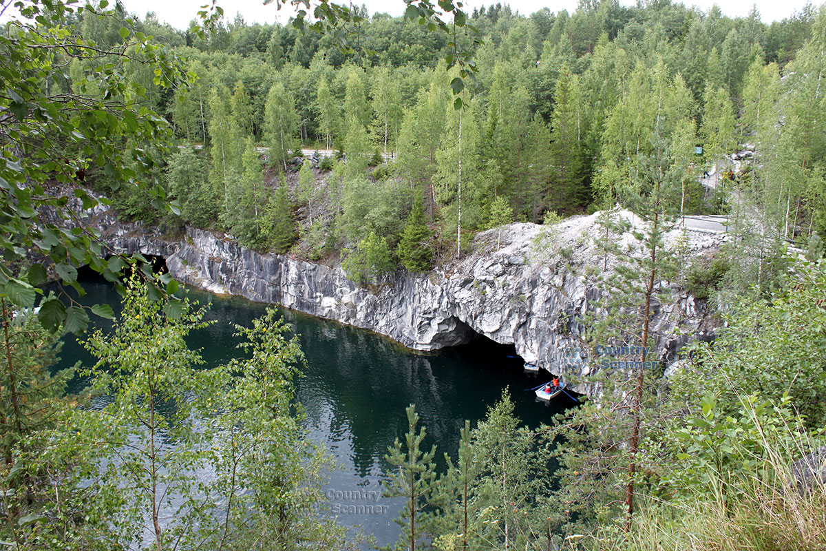 Горный парк Рускеала лодка под скалой