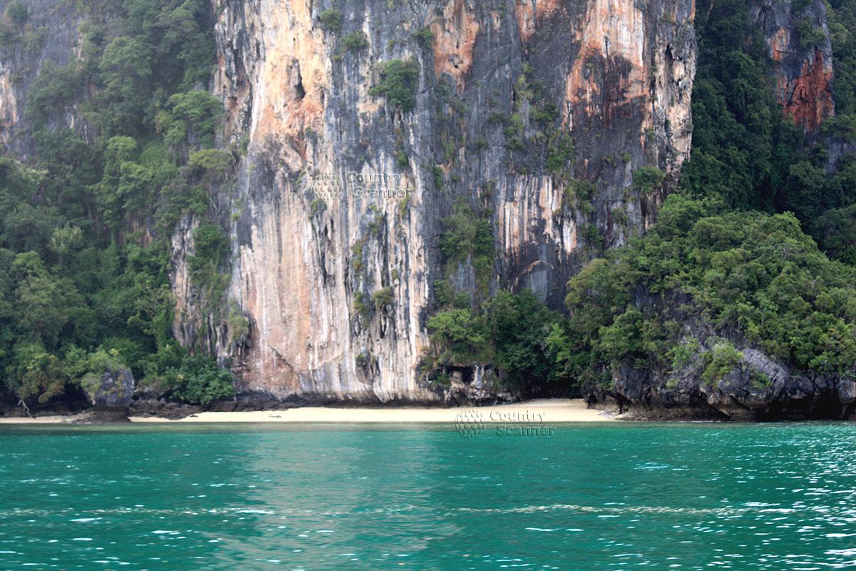 Песчаный берег и крутые скалы на острове Пода