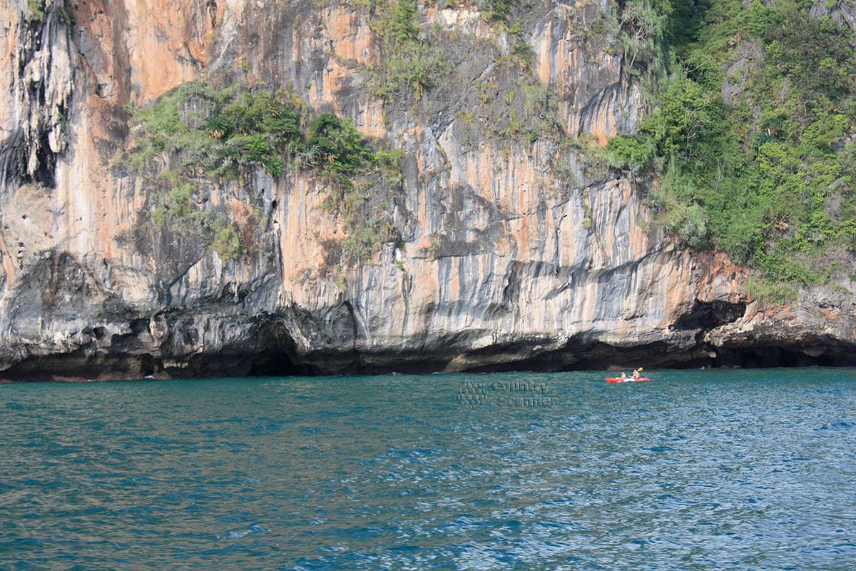Байдарка около скал на острове Пода