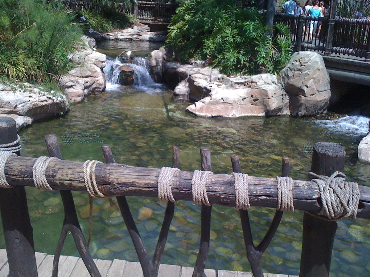 Небольшой водопад в парке развлечений Порт Авентура