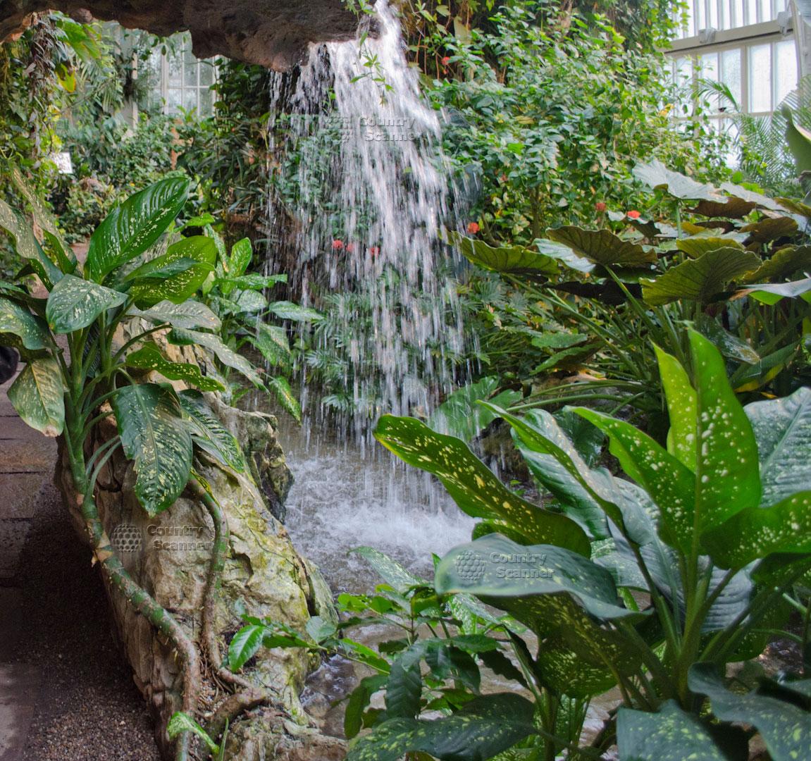 Миниатюрный водопад и пруд в Саду бабочек в Вене.