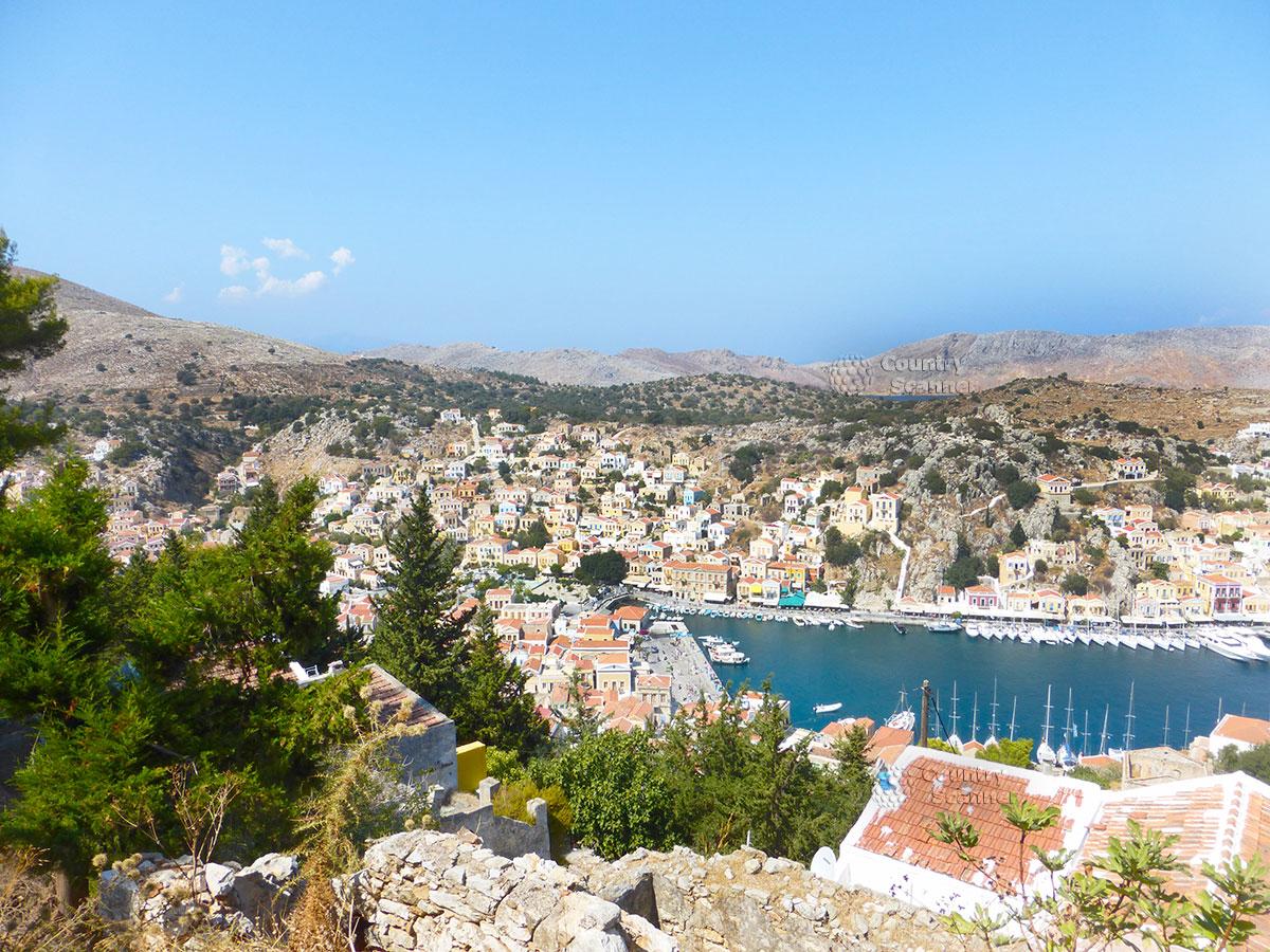 Греческий остров Сими. Вид на причал сверху.