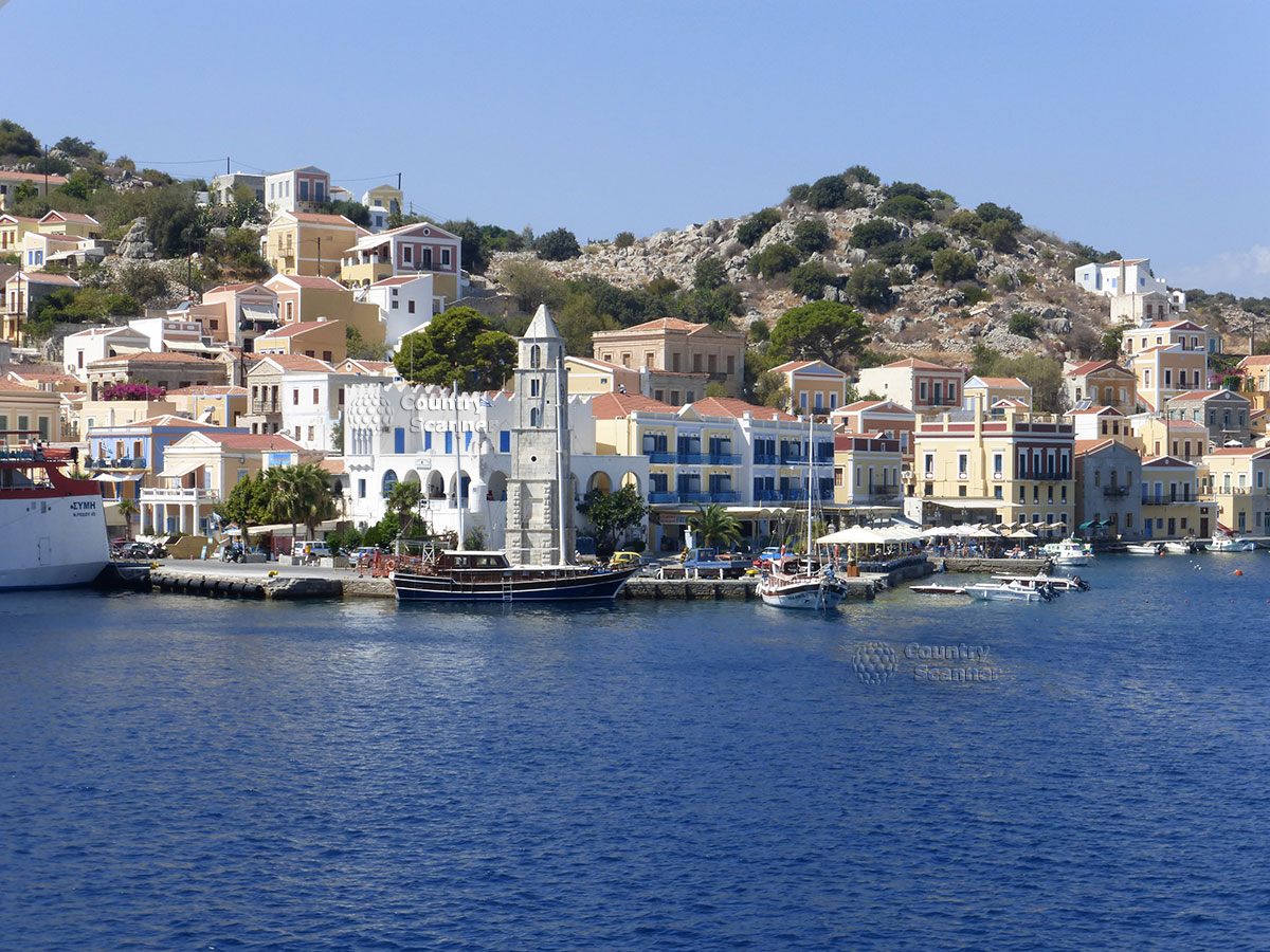 Греческий остров Сими. Причал, здания на горе.