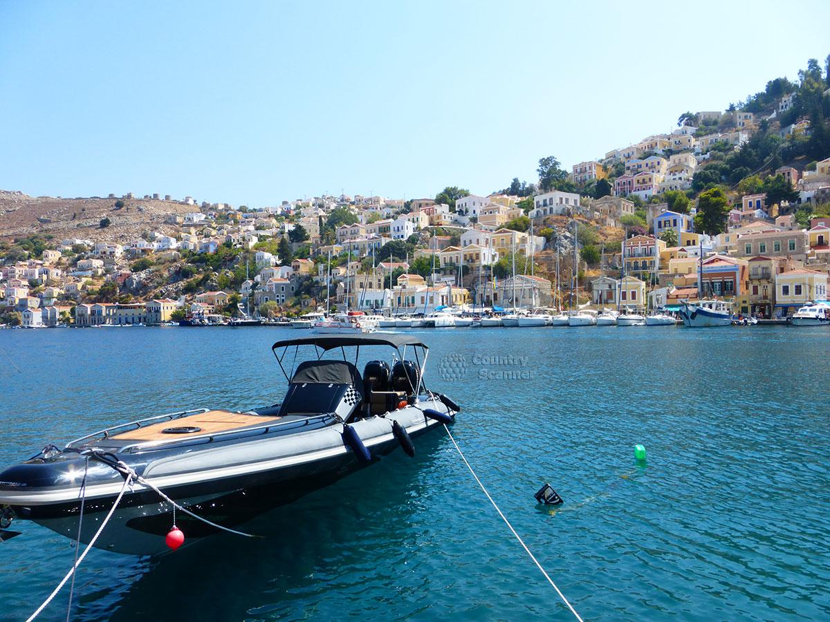 Греческий остров Сими. Катер у причала.