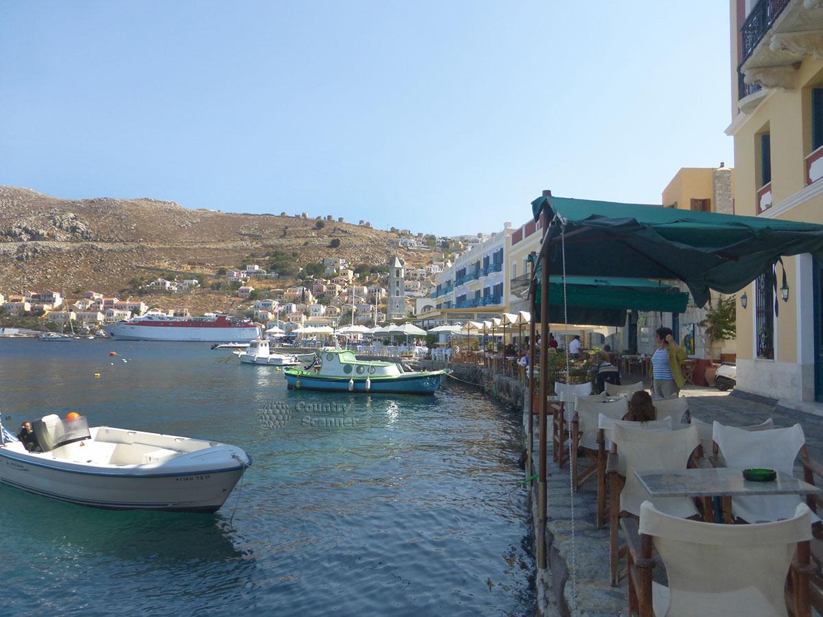 Греческий остров Сими.Уличное кафе около моря.