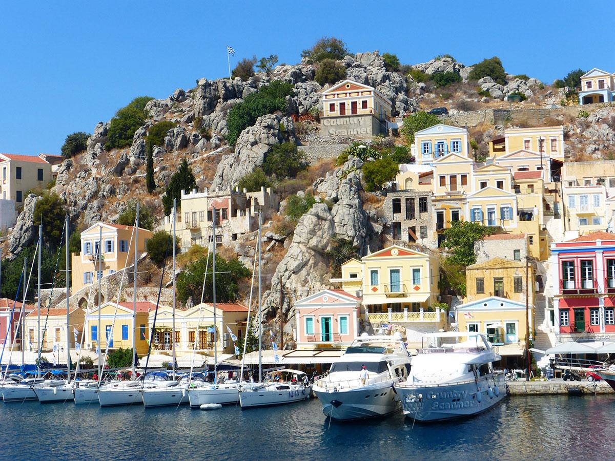 Греческий остров Сими. Дома с видом на море.