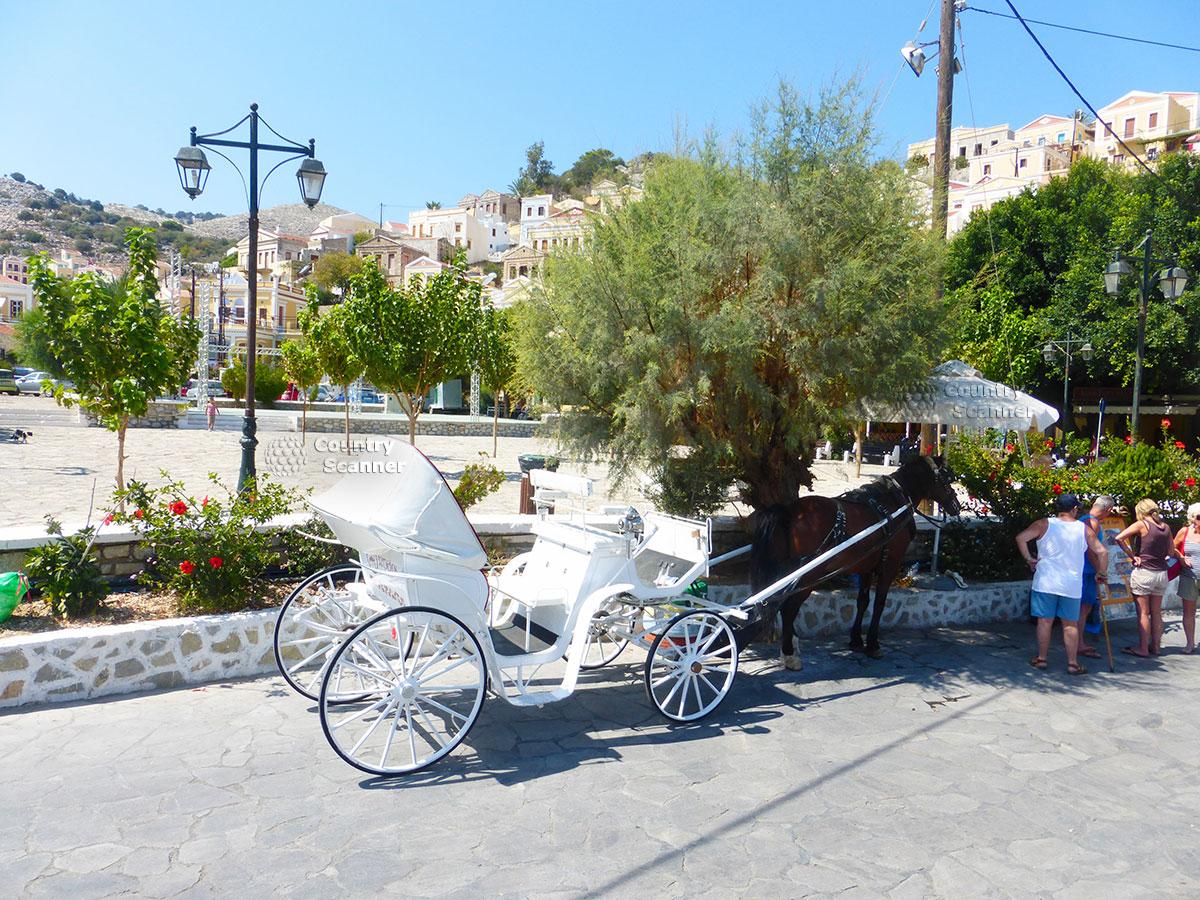Греческий остров Сими. Телега с лошадью.
