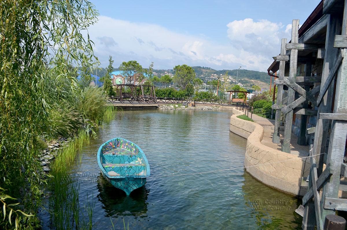Сочи парк. Река и лодочка.