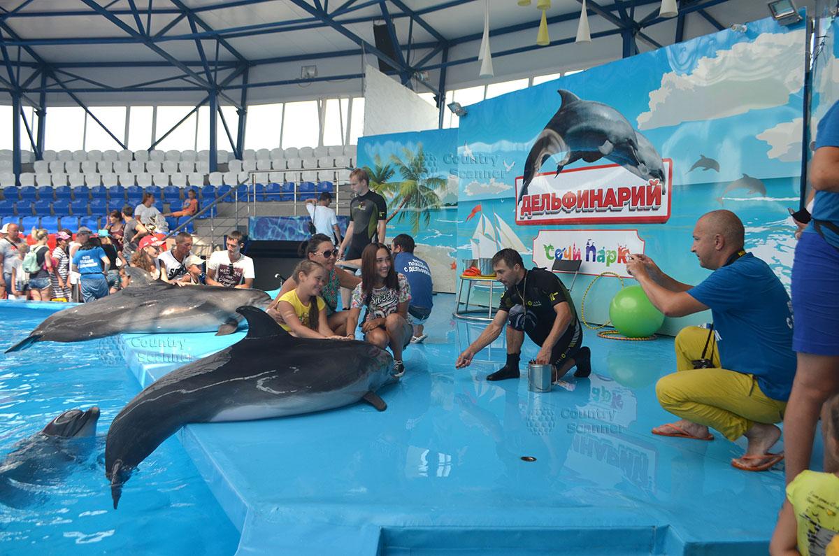 Фото на память со звездами дельфинария Сочи парка.