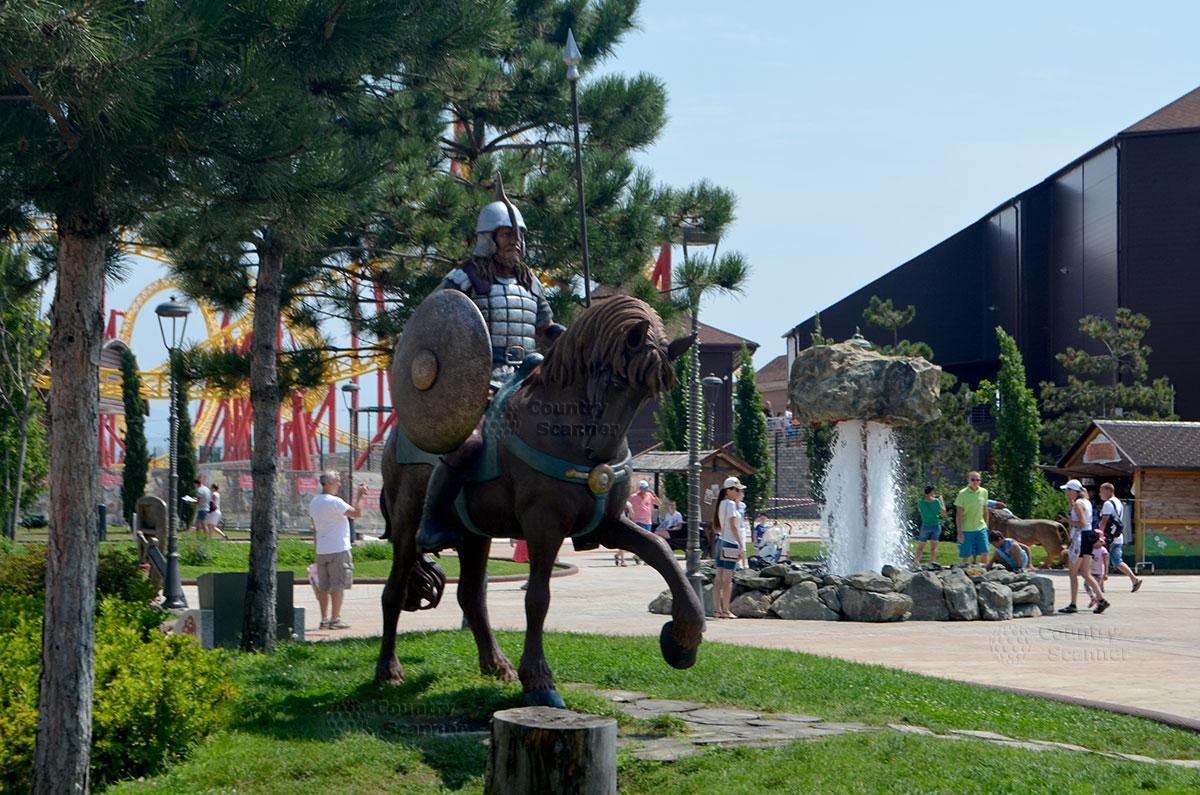 Сочи парк. Скульптура богатыря на коне