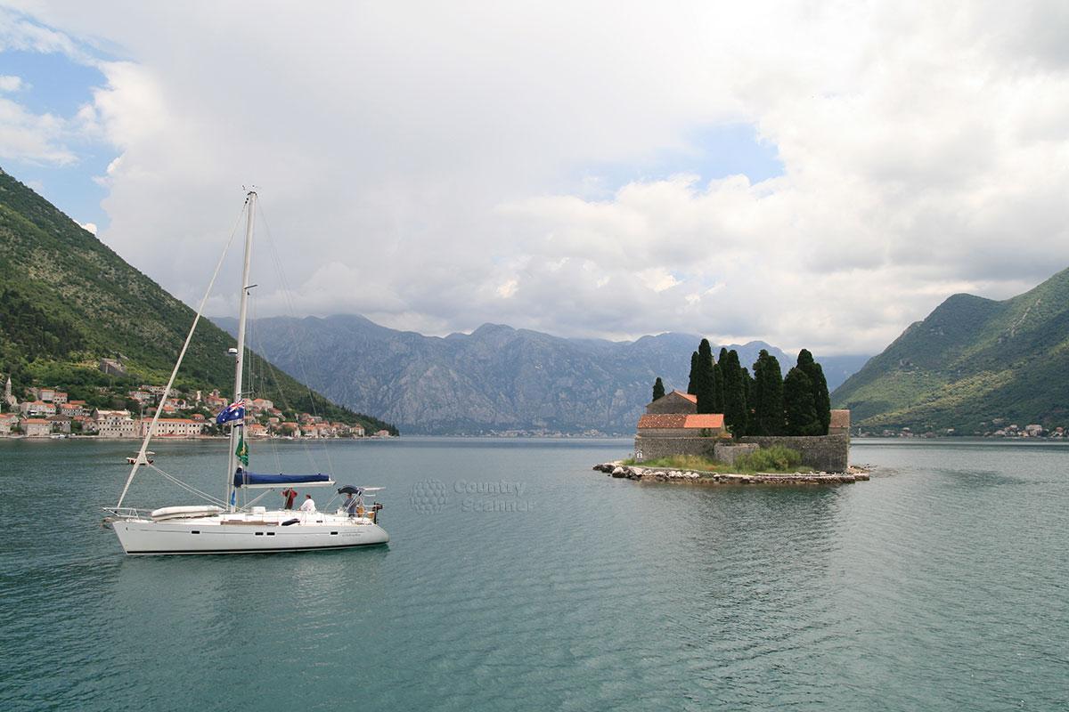 Панорама острова Святого Георгия с видом на городок Пераст.