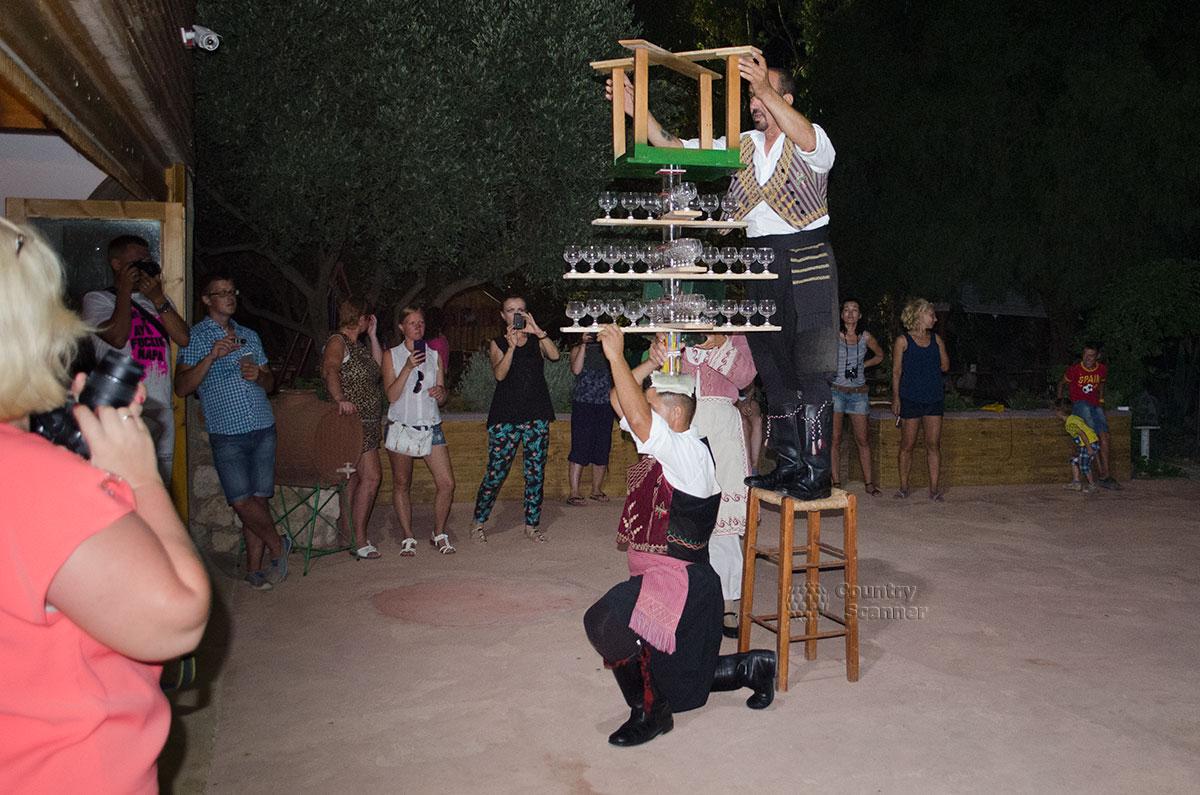 Танец со стаканами на голове. Последние приготовления.