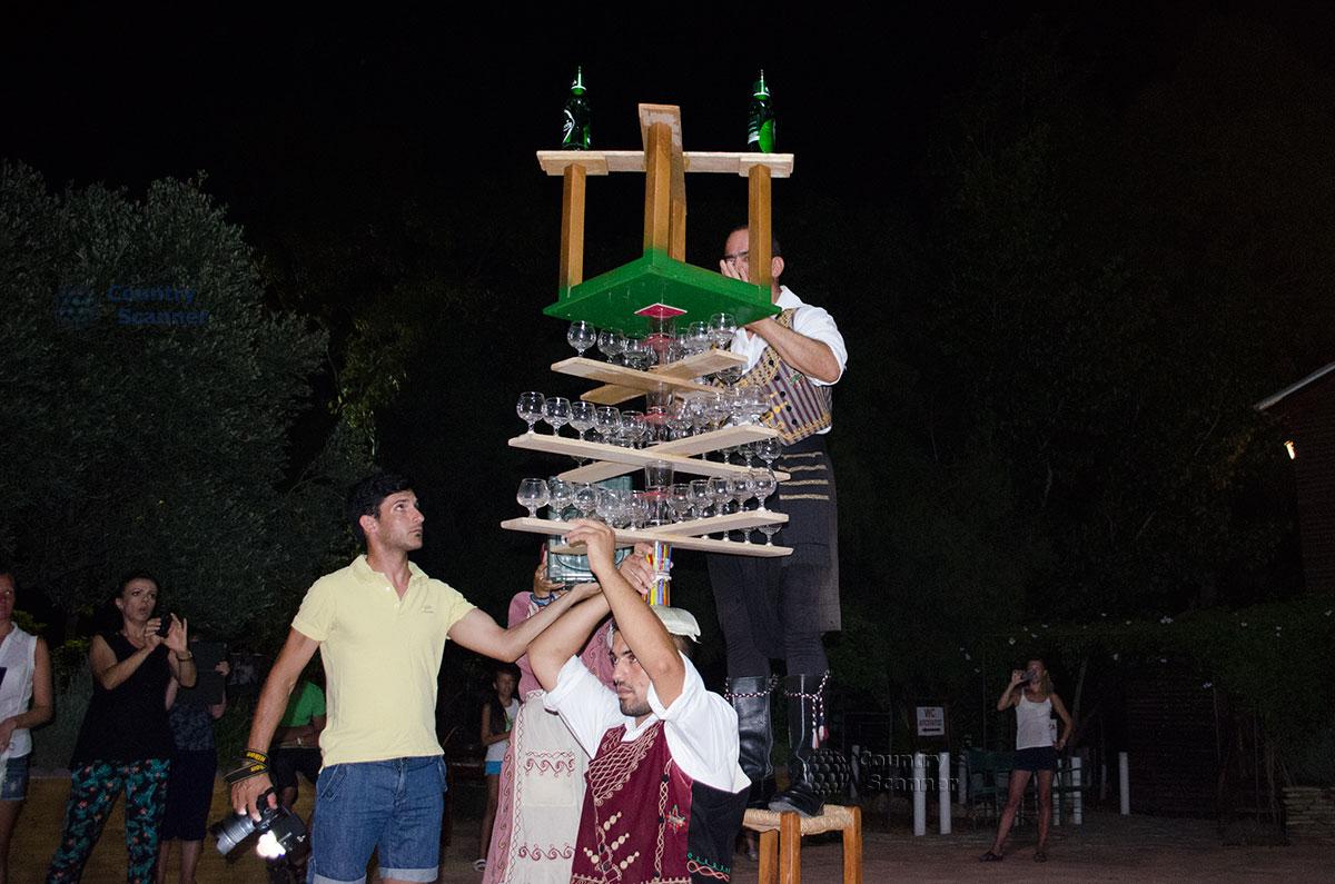 Танец со стаканами на голове на Кипре. Подготовка к танцу.