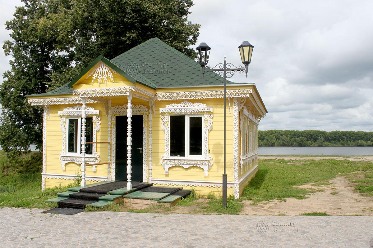 Углич. Желтый дом на берегу реки.