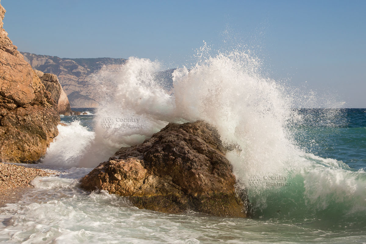 Бушующее море у пляжа Васили.