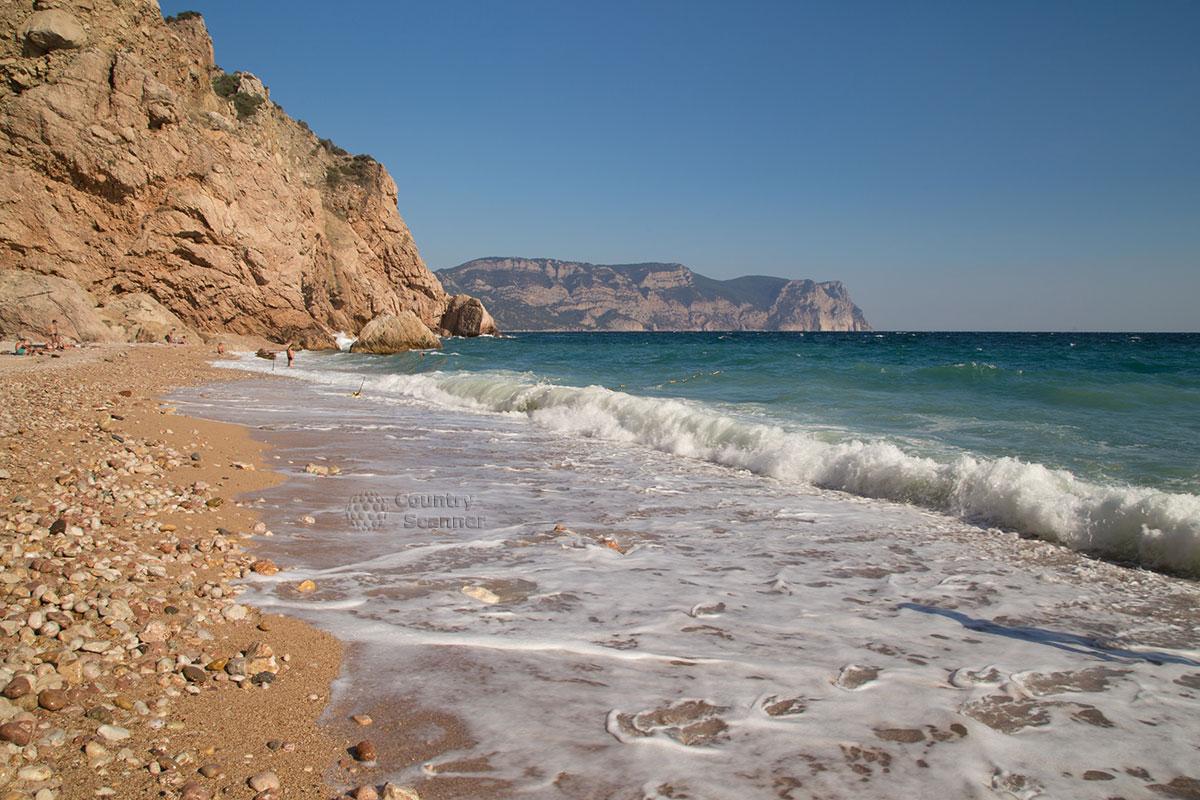 Мелко галечный пляж Васили.