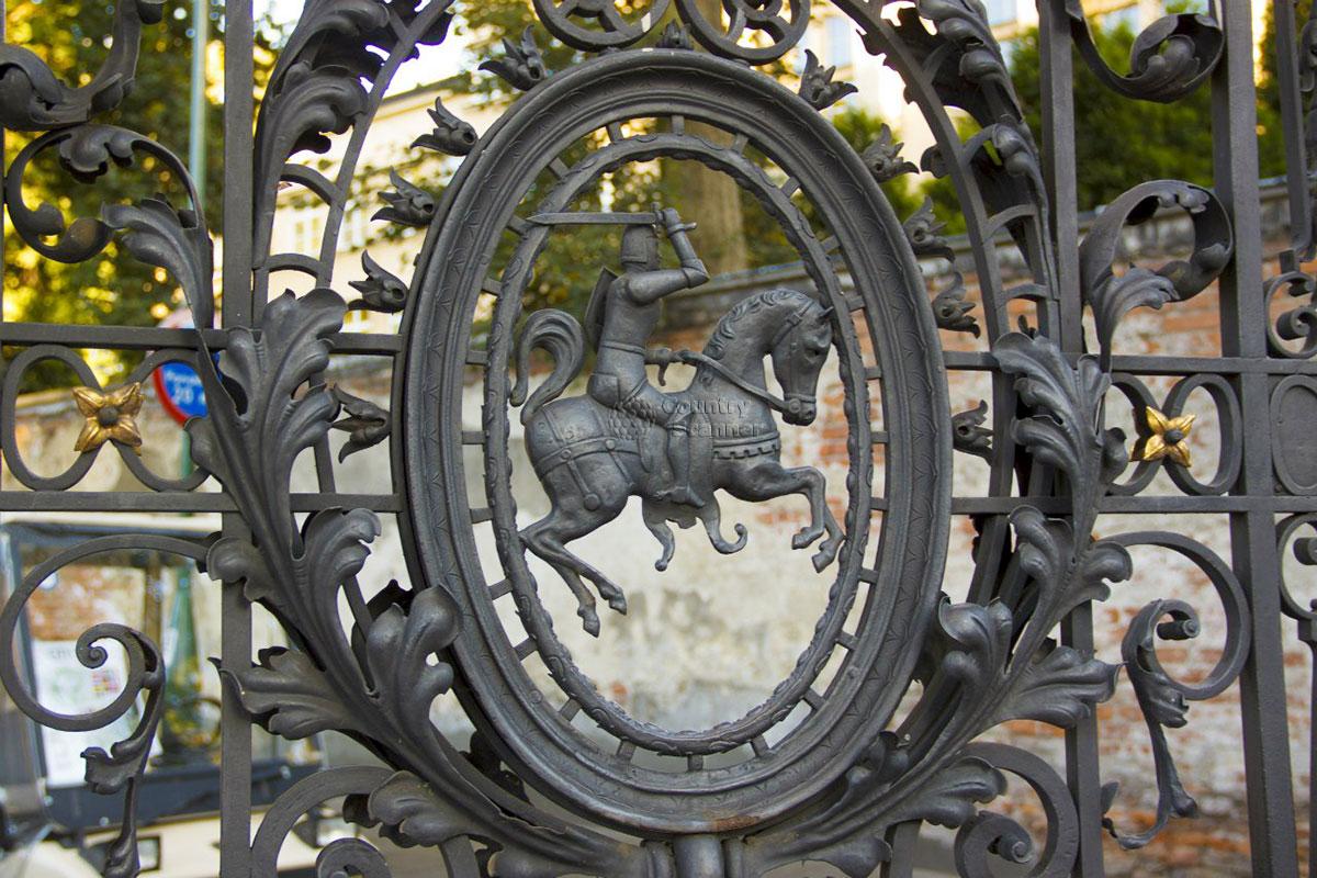 Вавельский замок в Кракове. Кованные ворота.