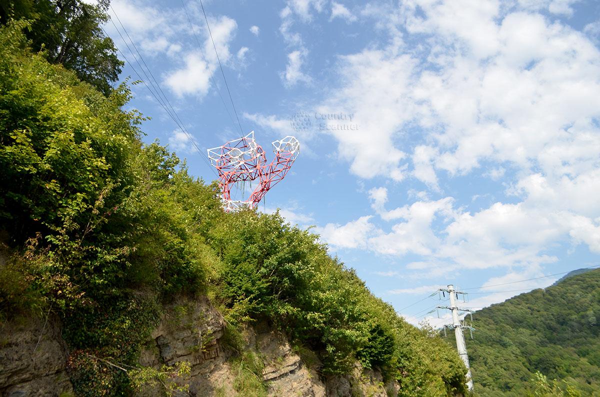 Символ сочинской олимпиады приветствует гостей водопада Девичьи слезы.